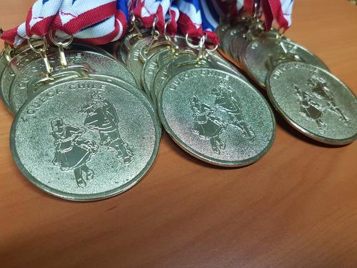 medalla dorada  de cueca 50mm con cinta tricolor