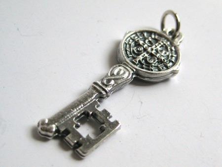 medalla san benito llave de san benito dije en plata quemada