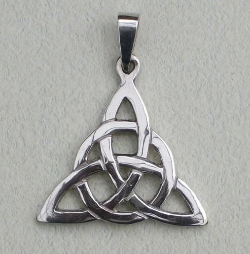medalla wicca de la triqueta, tallada a mano en fina plata