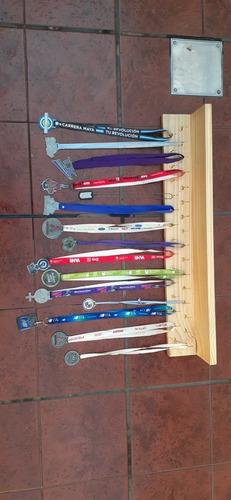 medallero y repisa con 31 colgantes