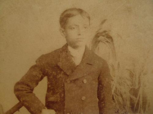 menino em foto antiga - mayall&cº electric light