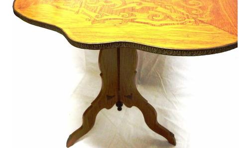 mesa antiga entalhada com macheteria floral
