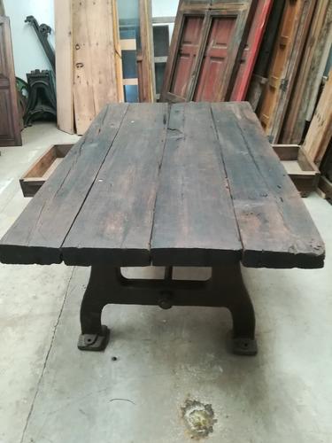 mesa antigua de madera.