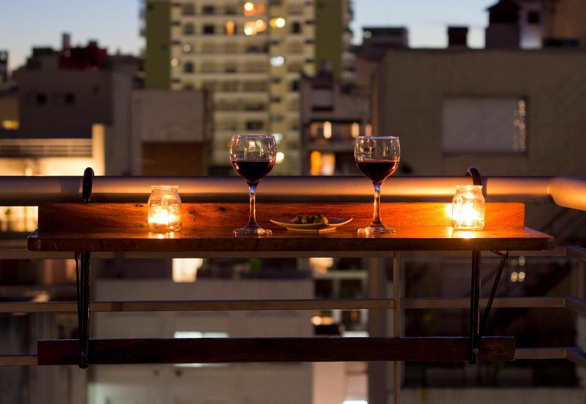 Terrazas de madera para bares affordable foto with for Mesa colgante balcon