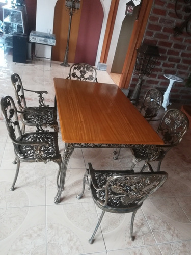mesa comedor en madera y aluminio fundido con 6 sillas