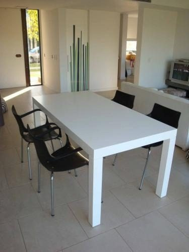 mesa de comedor de madera blanca