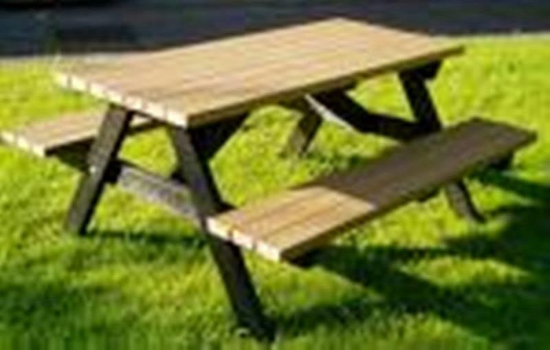 Mesa con bancos incorporados de madera tratada - Madera tratada para exterior ...