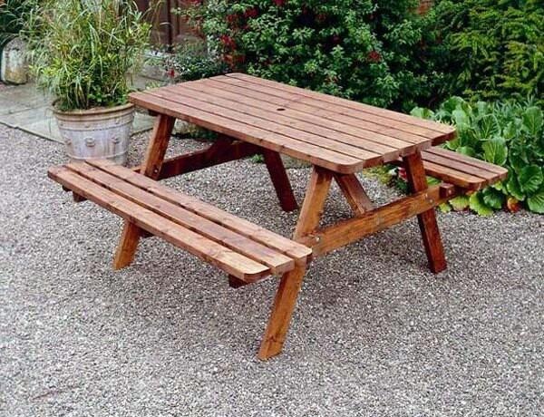 Mesa con bancos incorporados de madera tratada - Mesa con bancos ...