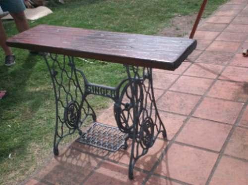 Mesa con maquina de coser antigua en - Mesas para coser a maquina ...