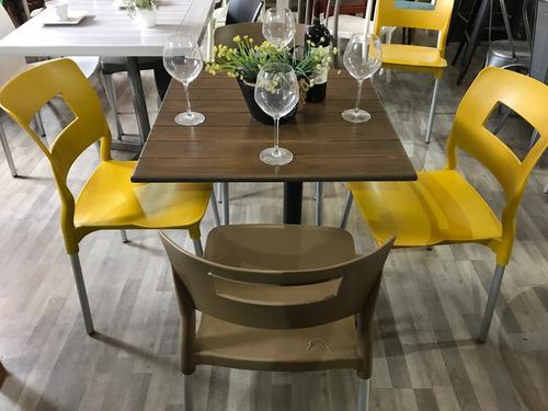 mesa con sillas restaurantes, cafeterías y bares