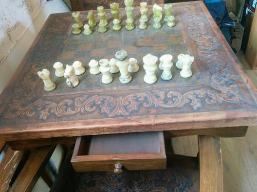 mesa de ajedrez con sillones y piezas en onix.