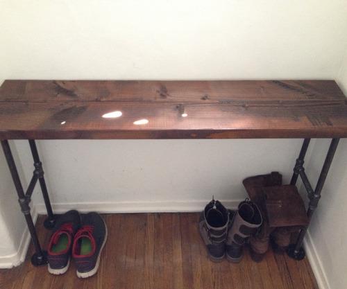 mesa de arrime industrial de hierro y madera.