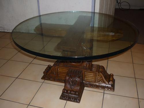 mesa de centro tallada de madera y vidrio