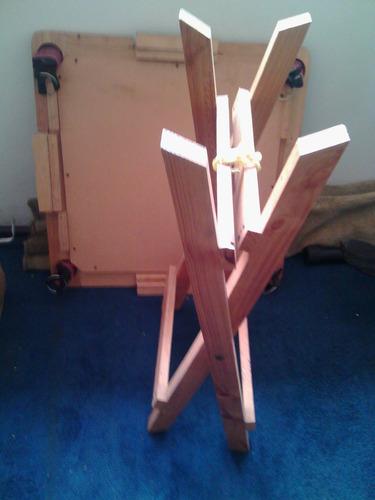mesa de domino de madera con paño y porta piezas y vasos