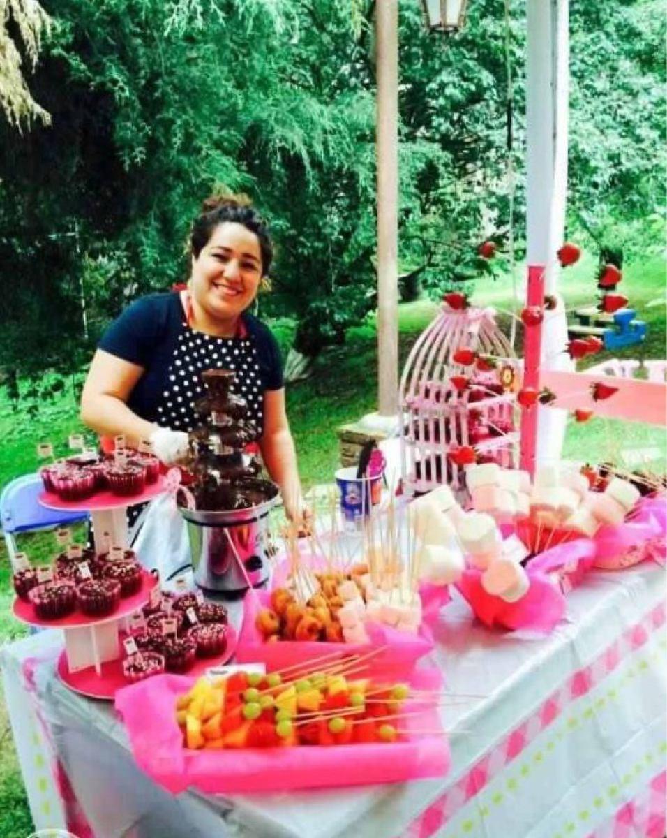 Mesa de dulces con fuentes chocolate y chamoy 50 personas for Decoracio es