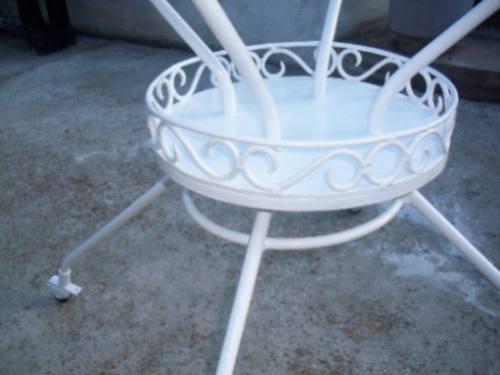 mesa de hierro redonda con ruedas y vidrio sano