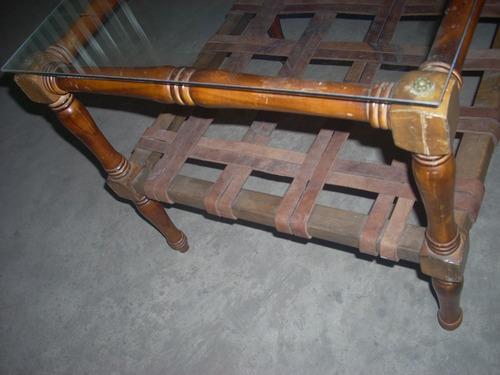 mesa de living ,en madera tapa de vidrio ,y estante cuero