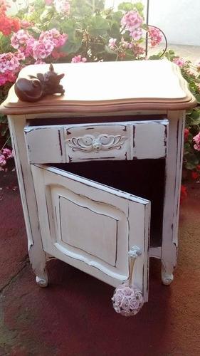 mesa de luz antigua estilo provenzal hermosa