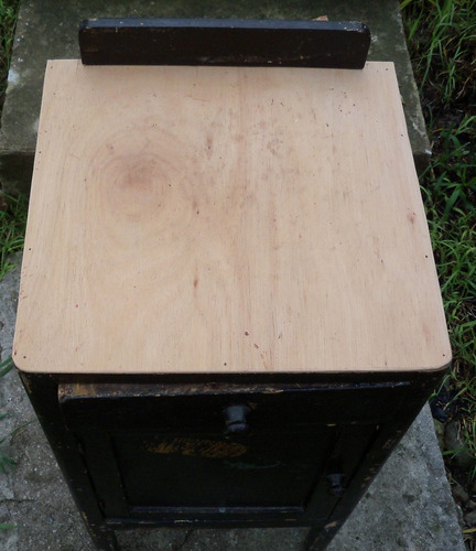 mesa de luz antigua - puerta y cajón