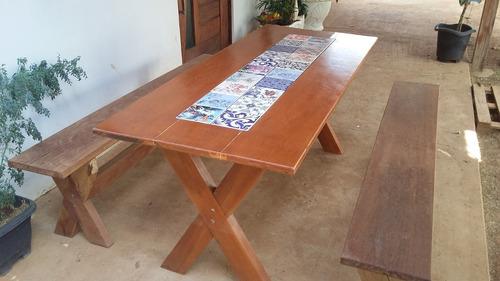 mesa de madeira com bancos e detalhe em azulejo português