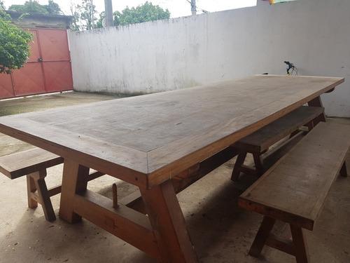 mesa de madeira de lei.