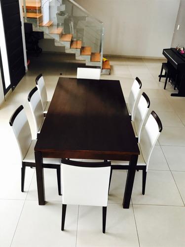 mesa de madera con 8 sillas