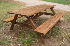 mesa de madera con bancos incorporados, para jardín
