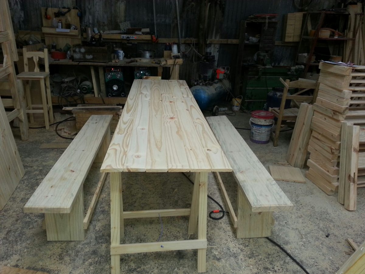 Mesa de madera con caballetes ideal para eventos - Mesas con caballetes ...