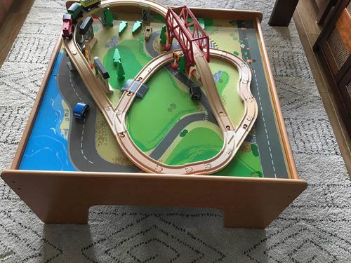 mesa de madera con pistas y trenes