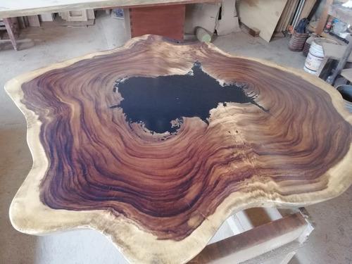 mesa de madera parota con resina epóxica negra.