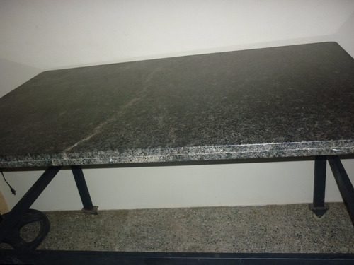 mesa de marmol con base de hierro y ruedas de silicon
