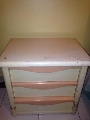 mesa de noche de madera laqueada.
