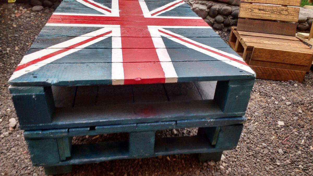 mesa de palets reciclados con bandera inglesa
