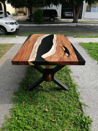 mesa de parota con resina epóxica.