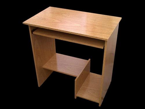 mesa de pc con estante, sin ruedas.
