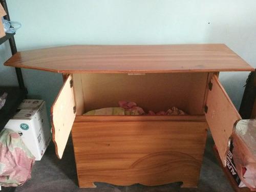 mesa de planchar de madera con gabinete o escaparate
