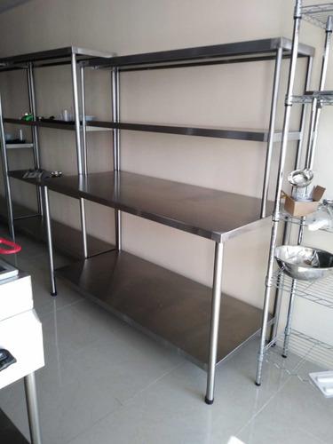 mesa de trabajo con estantes en acero inoxidable