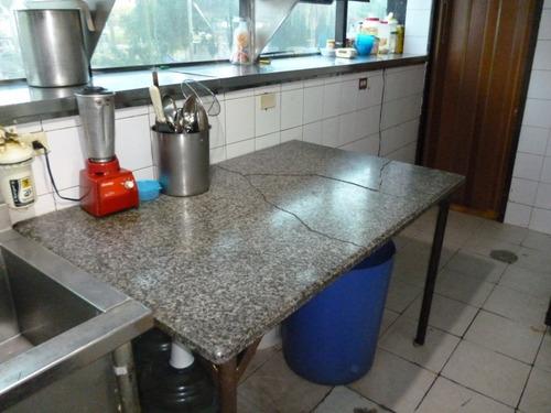 mesa de trabajo con tope de granito