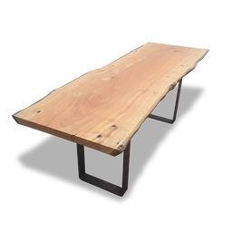 mesa de tronco orgânica com pés de ferro