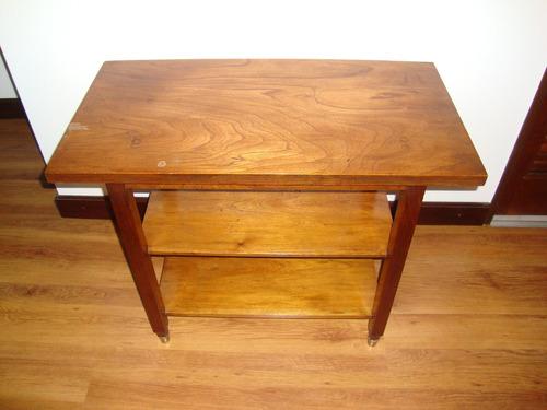 mesa de tv o audio de estilo con patas de bronce