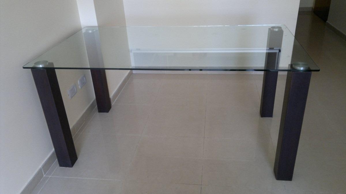 mesa de vidrio con patas de madera