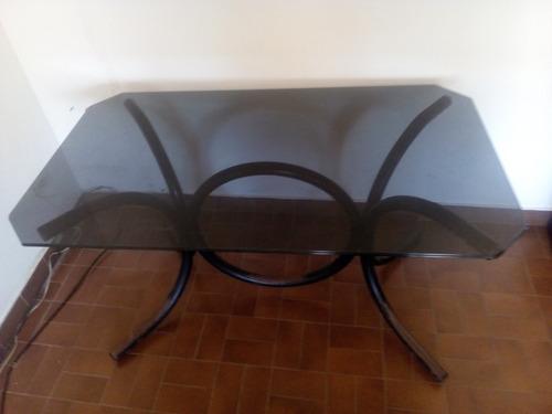 mesa de vidrio negro con patas de hierro