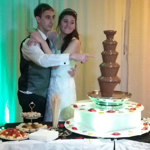 mesa dulce con cascada de chocolate
