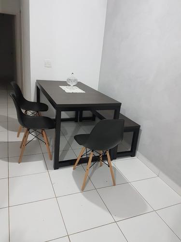 mesa e banco estilo industrial