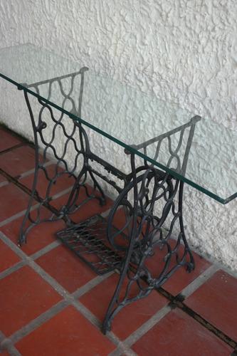 mesa en hierro fundido (sin marca) con tope de vidrio