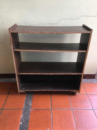 mesa hitachi de tv con repisas/estantes y ruedas zona florid