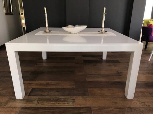 mesa laqueada y 8 sillas tapizadas