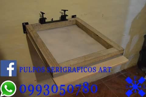 mesa lineal empotrada en la pared