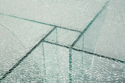 mesa moderna de vidrio estallado.