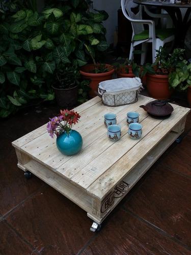 mesa pallet/palet con revistero ruedas 100mm laqueada